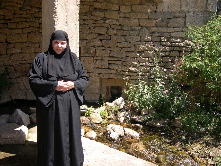 Η Ηγουμένη Μαριάμ μπροστά στο Αγίασμα του Τιμίου Προδρόμου.