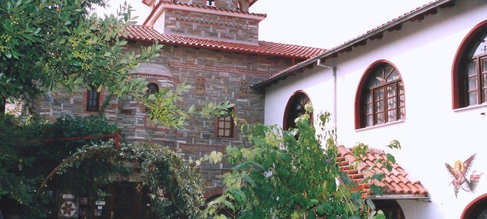 Εξωτερική δεξιά άποψη του Ναού του Αγίου Ραφαήλ όπου διακρίνεται το εκθετήριο της Μονής.
