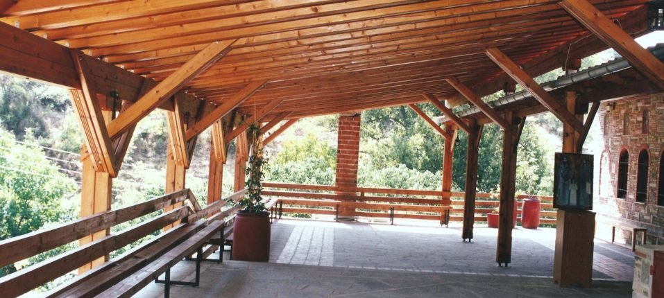 Εξωτερική άποψη του Ναού του Αγίου Ραφαήλ με το ξύλινο σκέπαστρο (μπαλκόνι).