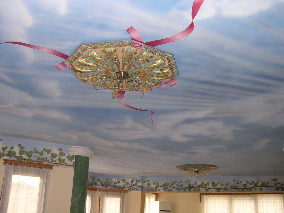 Λεπτομέρεια από το ζωγραφιστό ταβάνι και μία από τις ξύλινες σκαλιστές ροζέτες.