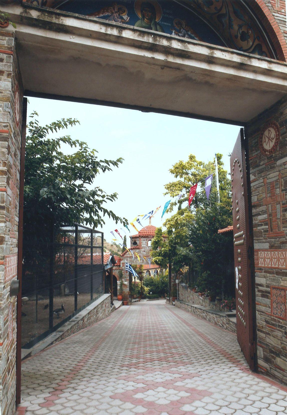 Από την 1η στη 2η Πύλη όπου διακρίνεται μία από τις πολλές εγκαταστάσεις με σπάνια πουλιά στη Μονή.
