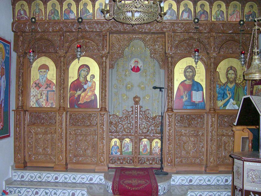 Το Παρεκκλήσιο του Αγίου Σπυρίδωνος (δεξιό κλίτος) με το υπέροχο ξυλόγλυπτο τέμπλο, έργο του Σερραίου ξυλογλύπτου Δ. Μπόλαρη.