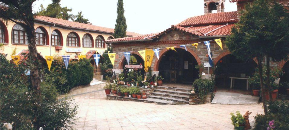 Ιερός Ναός της Αγίας Παρασκευής μετά τη ριζική ανακαίνιση όπου διακρίνεται το κτίριο των κελιών των μοναχών