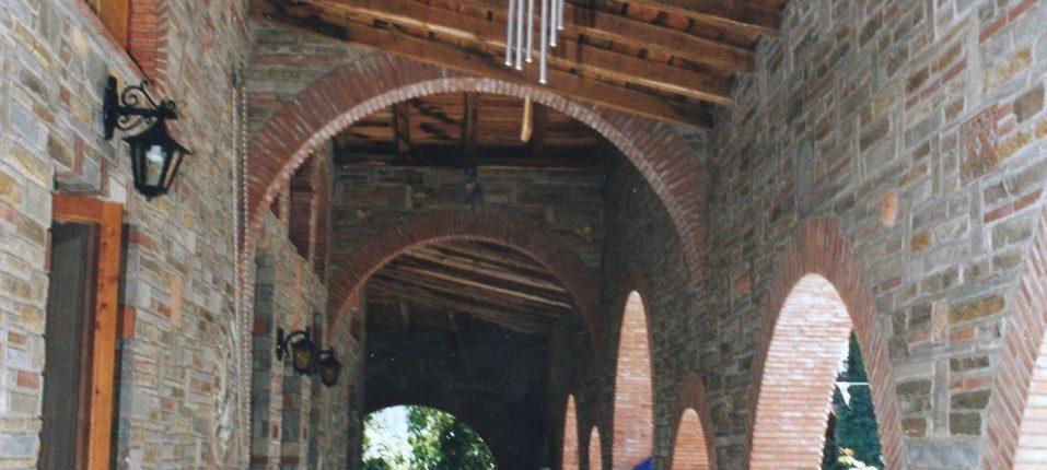 Σκέπαστρο εξωτερικά του Ιερού Ναού της Αγίας Παρασκευής.