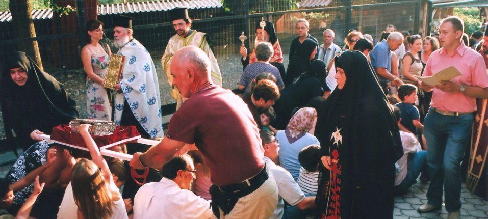 Λιτανεία των Θαυματουργών Λειψάνων της Αγίας Παρασκευής στην παραμονή της μνήμης Της όπου πλήθος προσκυνητών ξαπλώνουν για να περάσουν από πάνω τους