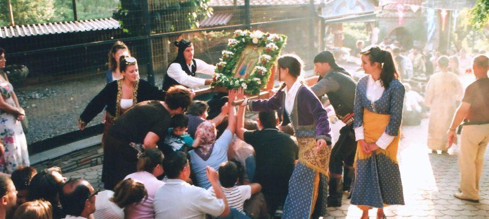 Λιτανεία της Ιεράς Εικόνος της Αγίας Παρασκευής στην παραμονή της μνήμης Της όπου πλήθος προσκυνητών ξαπλώνουν για να περάσουν από πάνω τους.