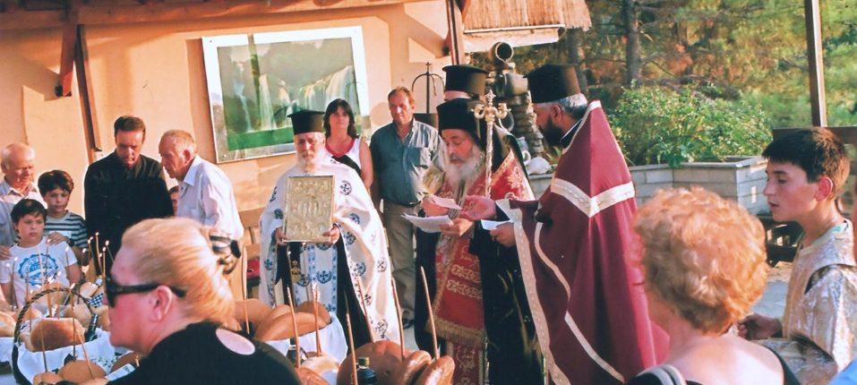 Ο Σεβασμιώτατος Μητροπολίτης μας Ζιχνών και Νευροκοπίου κ.κ. Ιερόθεος τελεί την Ιερά Αρτοκλασία στο μπαλκόνι ανήμερα της μνήμης της Αγίας Παρασκευής.